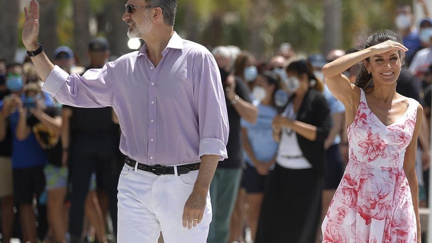 El rey Felipe VI (i) y la reina Letizia (d) posan en el paseo marítimo de Benidorm este viernes dentro de su gira por España tras la crisis del coronavirus.