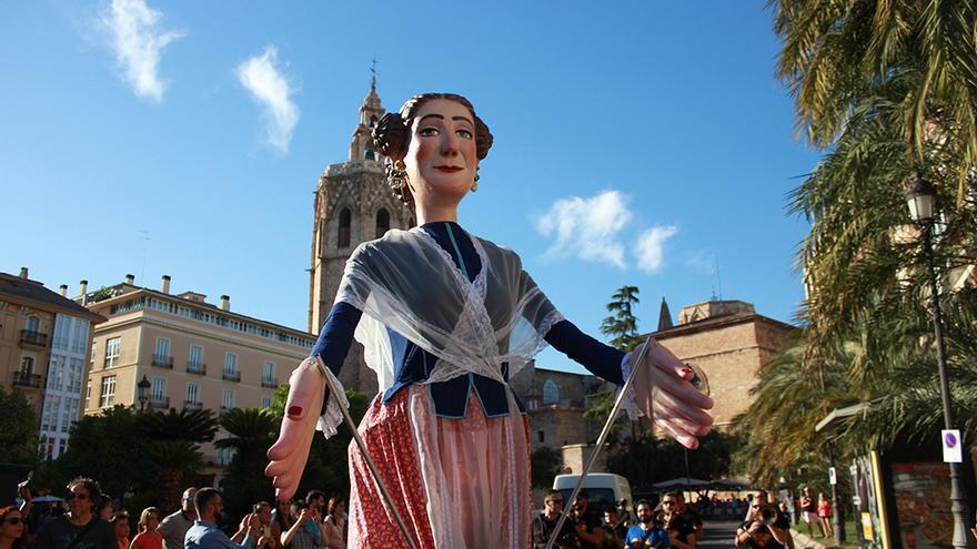 La giganta Quiqueta en el desfile del año pasado