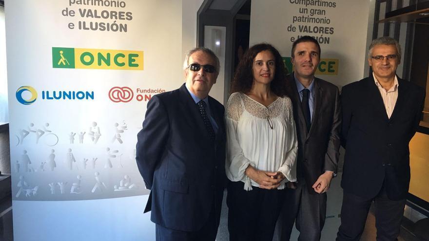Jovita Monterrey, consejera de Asunto Sociales del Cabildo de La Palma, con Eduardo Caldero (d), responsable de Isonorte, y directivos de la ONCE.