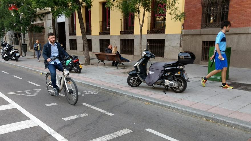 Un ciclista circula por el carril bici de Santa Engracia   SOMOS CHAMBERÍ