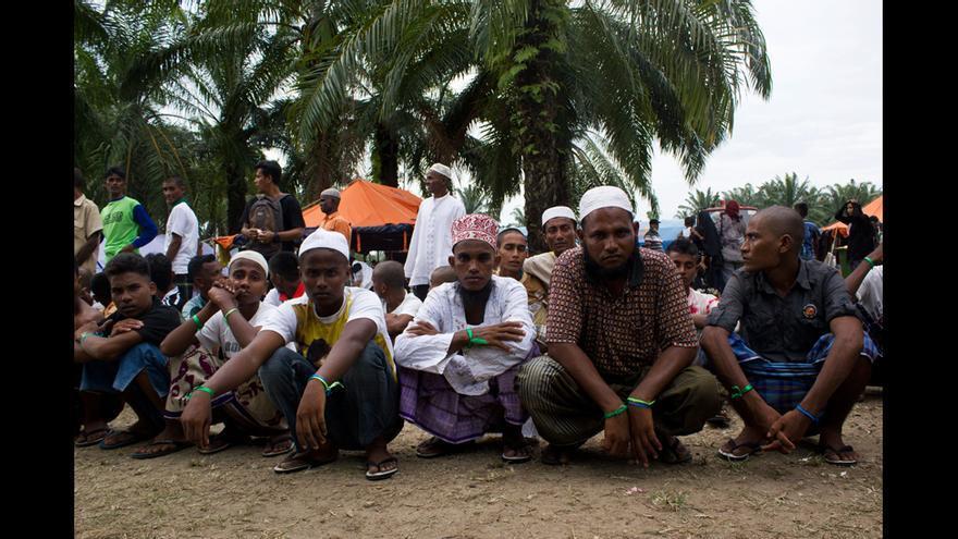 Un grupo de refugiados rohingyas espera un reparto de ropa a cargo de varias organizaciones locales e internacionales en el campo de Bayeun, en Aceh (Indonesia). © Carlos Sardiña Galache / Yayasan Geutanyoe – A Foundation for Aceh.