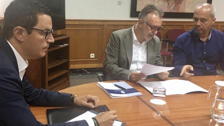 El consejero de Obras Públicas regional, Pablo Rodríguez y el consejero insular de Obras Públicas e Infraestructuras, Ángel Víctor Torres