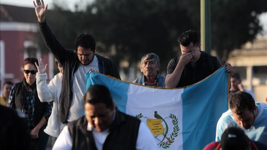 Cientos de guatemaltecos oran contra corrupción y crisis política