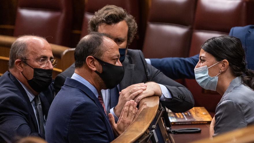 Gómez de Celis habla con los diputados de Vox tras el incidente provocado por Sánchez García.