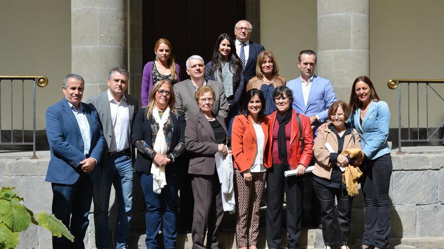 Las representantes de las asociaciones de La Palma, Tenerife y Arucas, con la presidenta del Parlamento y otros miembros de la mesa de la Cámara regional.