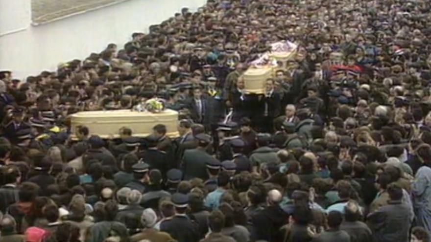 Imagen del funeral de las tres adolescentes en Alcàsser en 1993