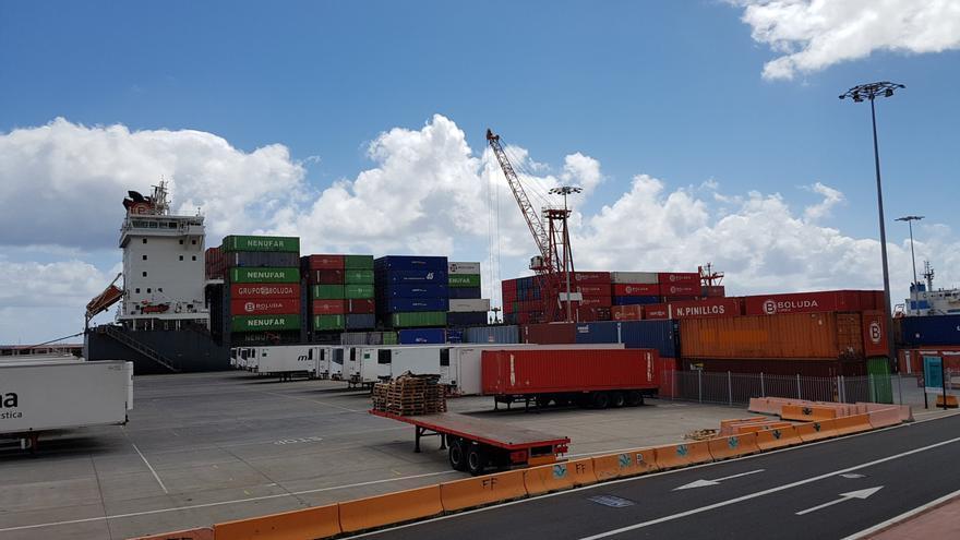 Imagen de archivo un buque contenedores en el muelle polivalente del Puerto de Santa Cruz de La Palma.