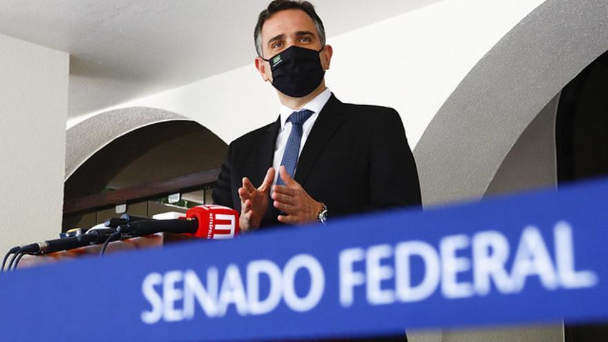 El presidente del Senado federal, Rodrigo Pacheco anuncia el inicio de las tareas de la Comisión Parlamentaria (CPI) que investigará la gestión de la pandemia.