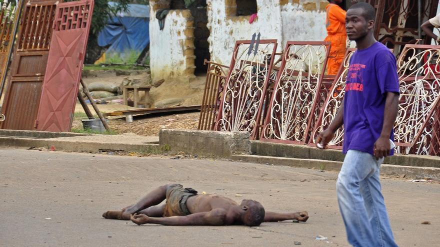 Un cuerpo yace sin vida en las calles de Liberia tras haber contraído el virus del ébola