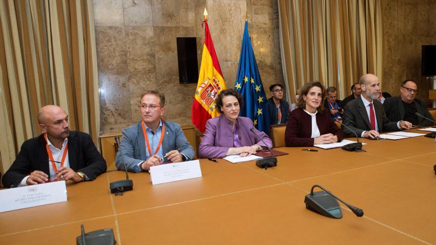 Las ministras de Transición Ecológica y de Empleo, Teresa Ribera (3d) y Magdalena Valerio (3i), firman hoy con representantes de CCOO, UGT y USO y de la patronal Carbounión, un acuerdo para el desarrollo sostenible de las comarcas mineras hasta 2027.