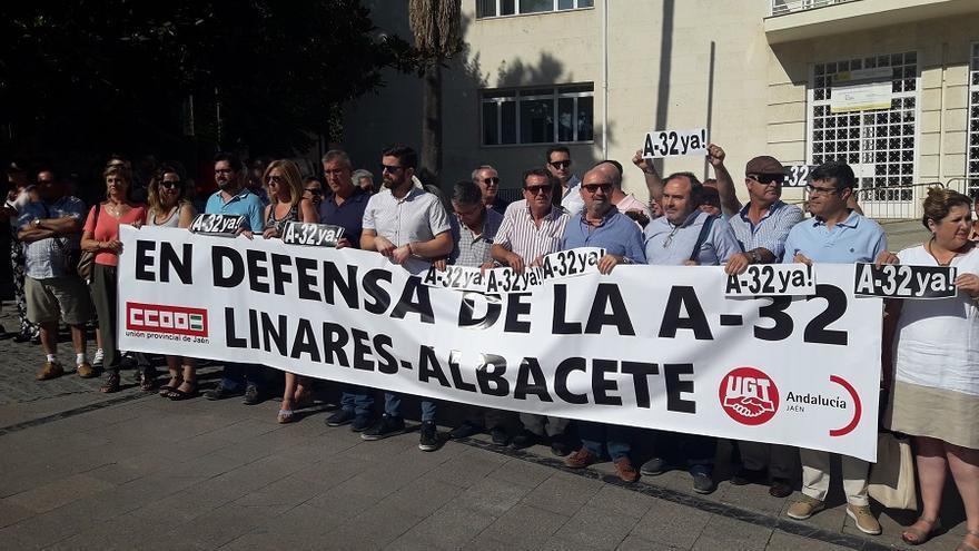Miembros de la UGT regional en la concentración a las puertas de la subdelegación de Gobierno en Jaén