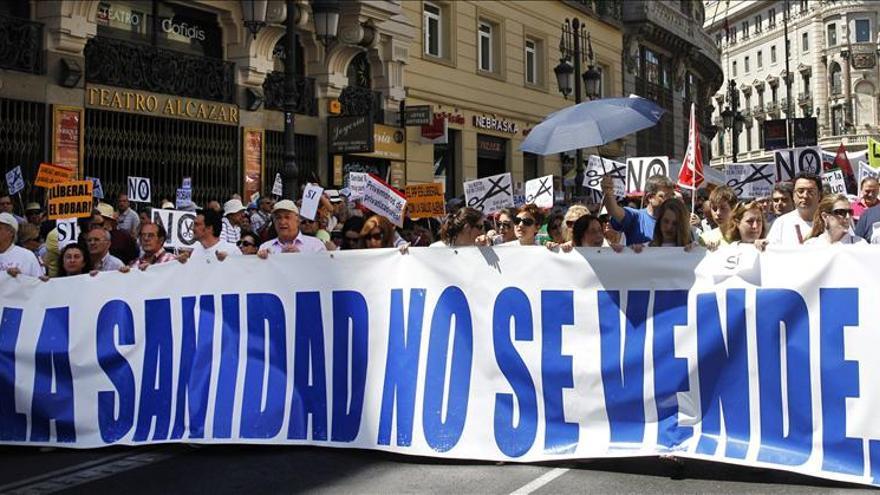 Usuarios del Hospital de Parla se encadenan al centro contra su privatización