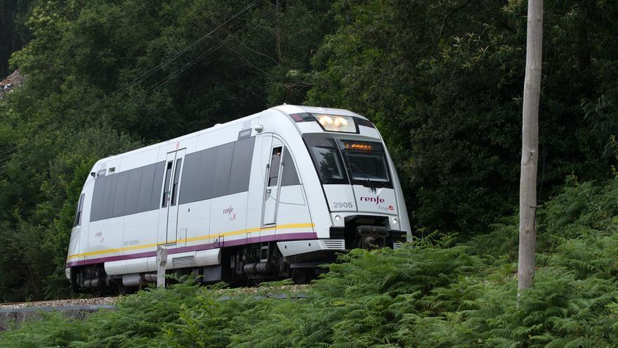 Un tren Feve durante su recorrido