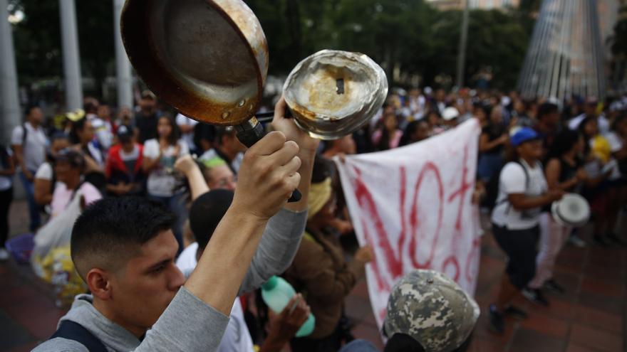 Cientos de personas participan del cacerolazo en rechazo al gobierno de Iván Duque.