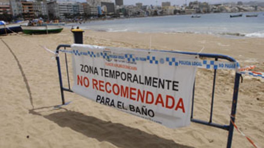 Aviso en la zona de Las Canteras donde está restringido el baño. (ACFI PRESS)
