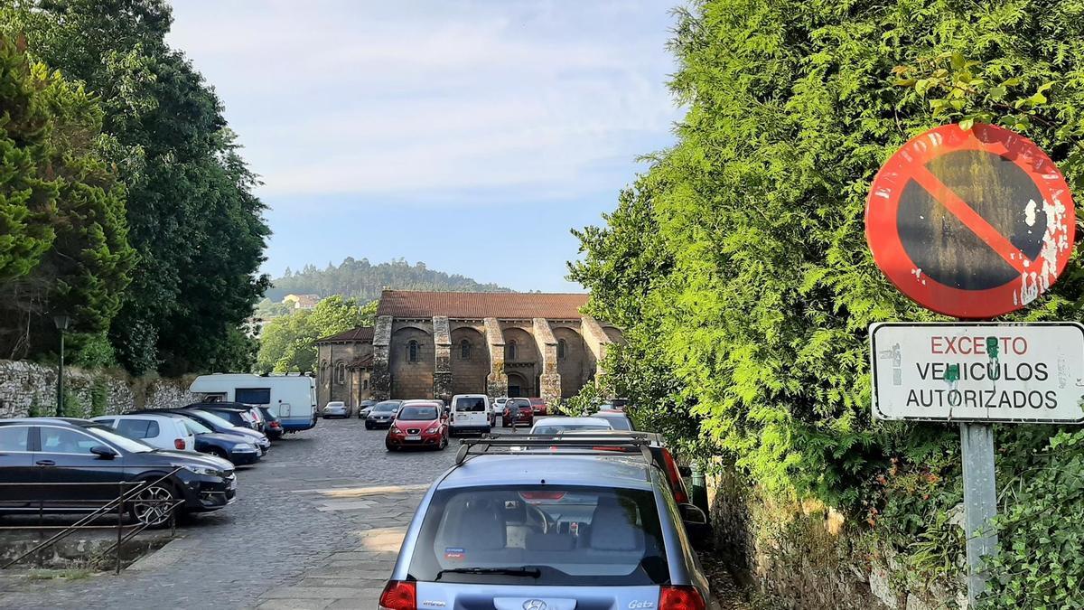 Imagen de automóviles aparcados en el patio de la Colexiata do Sar en Santiago de Compostela
