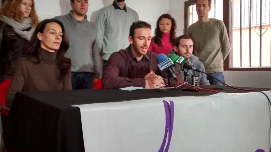 Representantes de Podemos Extremadura pidiendo responsabilidades a Monago