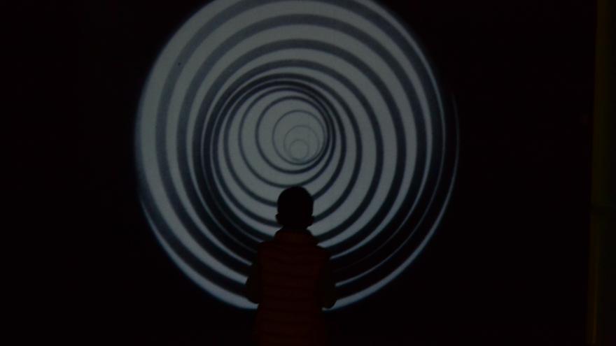 Un niño, ante Anémic cinéma, de Marcel Duchamp | Néstor Cenizo