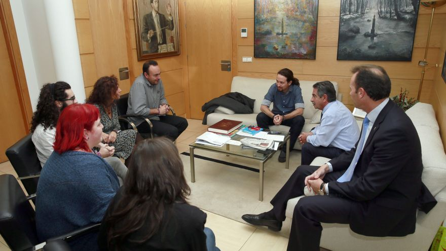 Iglesias y Revilla han mantenido una reunión institucional en el despacho del presidente de Cantabria.   NACHO ROMERO
