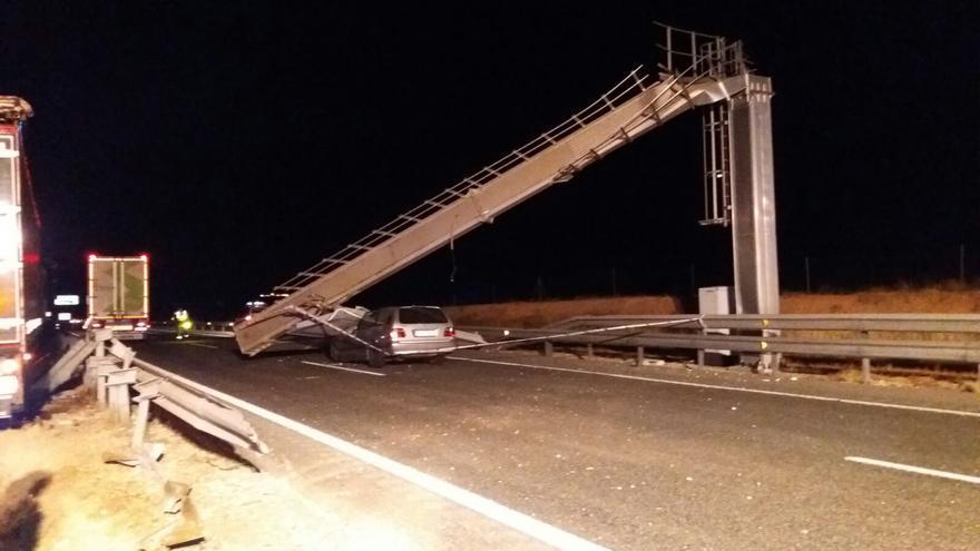 Imagen del estado en el que ha quedado el panel informativo y el coche afectado tras el choque