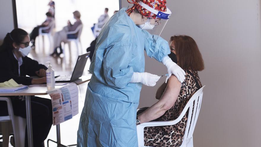 Archivo - Una mujer recibe la vacuna en el Palacio de Exposiciones y Congresos de Santande
