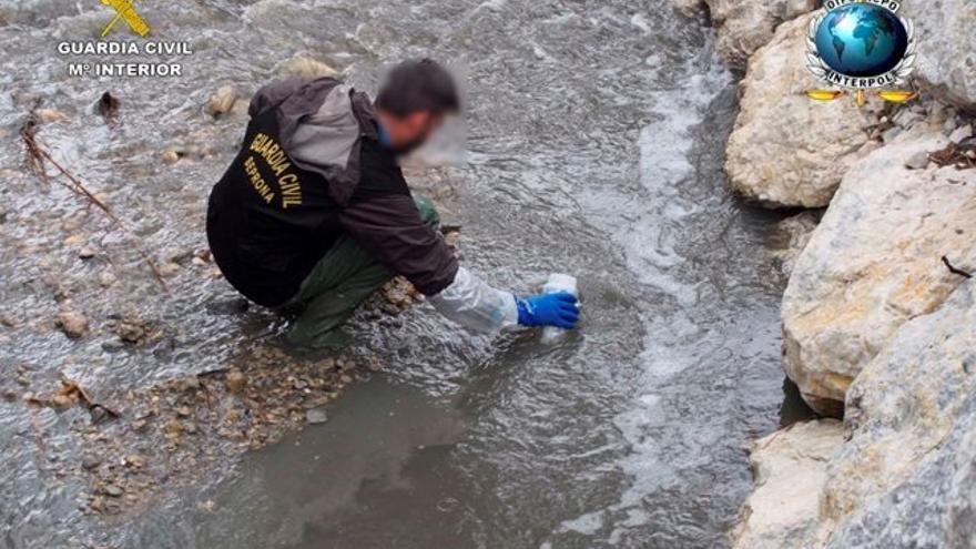 La Guardia Civil investiga a 46 personas por delitos de contaminación marina y tráfico de residuos.