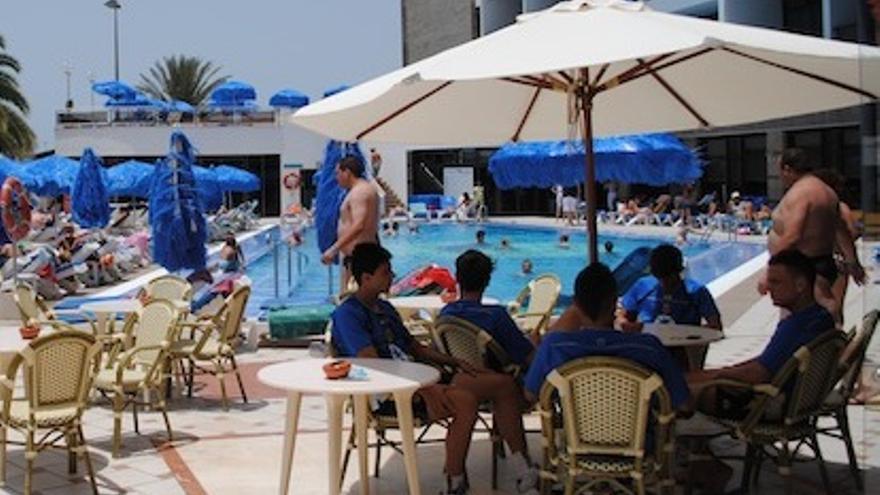 Los jugadores descansan en la terraza de la piscina