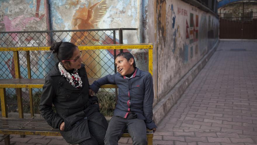 Radhika Phuyal fue víctima de trata dos veces en su vida y en ambas ocasiones fue vendida por su marido; la primera, a los 14 años de edad. Drogada de forma involuntaria, Radhika despertó en un hospital de la India descubriendo que le habían extirpado el riñón, vendido por su propio marido. Tras nacer su hijo Rohan, su marido la volvió a vender con fines de explotación sexual. En un burdel de la India, la separaron de su hijo y le forzaron a tener relaciones sexuales con hasta 25 hombres al día. Ambos lograron escapar y han rehecho su vida, Radhika ayuda hoy a otras víctimas de trata. Foto: Ayuda en Acción / Ofelia de Pablo y Javier Zurita