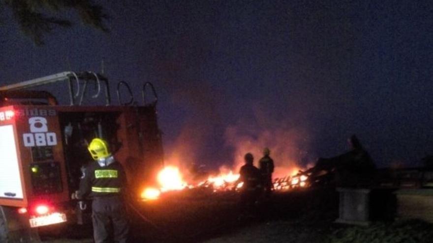 Un momento de la intervención de Bomberos La Palma en la extinción de la quema autorizada que se pasó de hora. Foto: BOMBEROS LA PALMA.