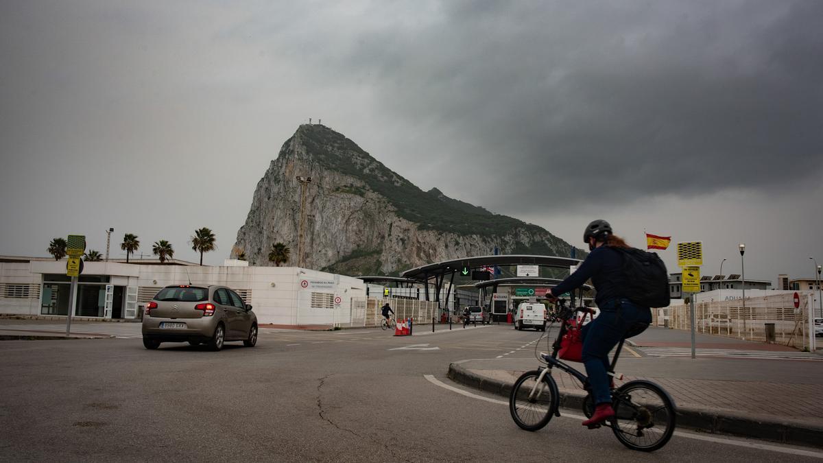 Tránsito de coches y personas en la frontera de Gibraltar.