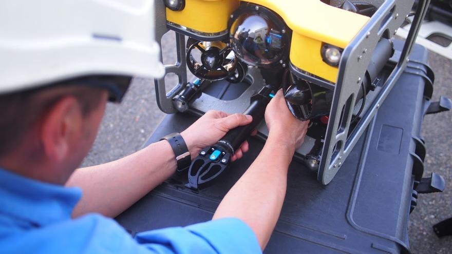 El robot submarino es operado a distancia y puede ser manejado por el propio personal de las plantas.