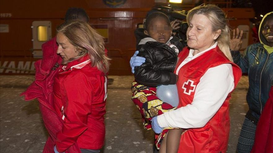 Rescatan una patera con 28 personas, dos de ellos niños, en el mar de Alborán