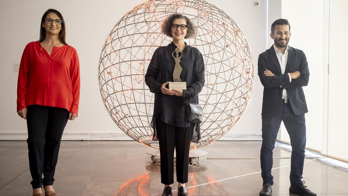 Vicent Marzà lliura el Premi Internacional Ju lio Gonzalez a Mona Hatoum.