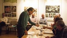 El propietario del chalé, Ximo Mompó, conversa en una junta rectora del Montgó con el presidente de la misma y delegado de Agró en la Marina Alta, Joan Sala, ante la mirada de Vicent Grimalt.