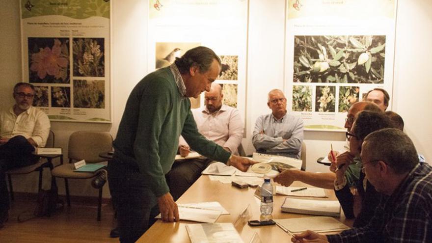 El propietario del chalet, Ximo Mompó, conversa en una junta rectora del Montgó con el presidente de la misma y delegado de Agró en la Marina Alta, Joan Sala, ante la mirada de Vicent Grimalt.