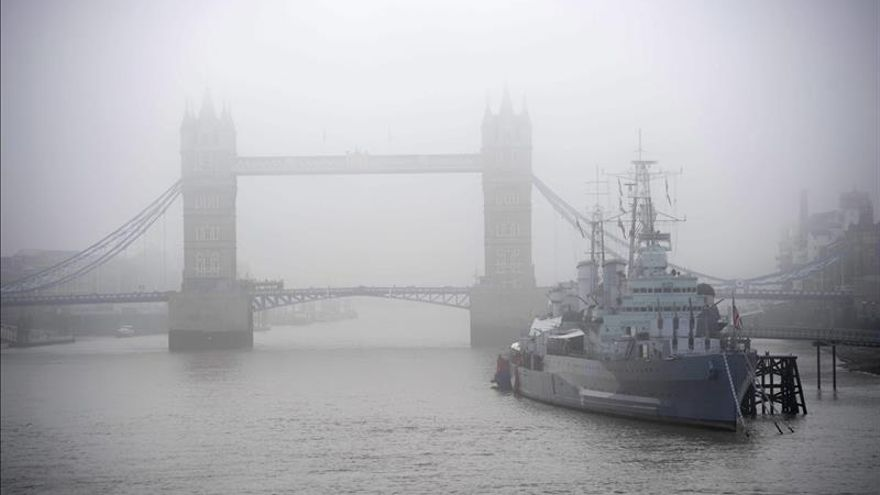 Cancelan vuelos en aeropuertos británicos por la densa niebla