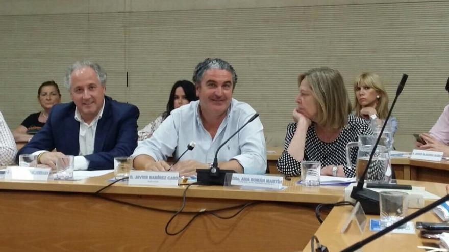 Javier Ramírez (en el centro), durante un pleno de la Junta de Retiro, en la pasada legislatura