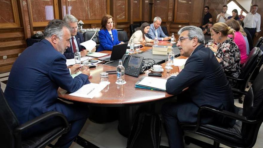El presidente de Canarias, Ángel Víctor Torres (i), conversa con el vicepresidente Román Rodríguez, antes de comenzar la reunión semanal del Consejo de Gobierno.