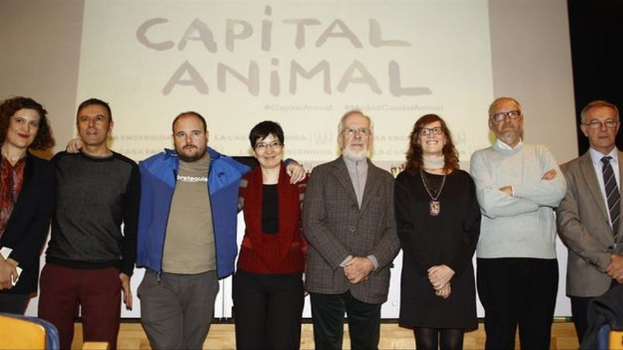 De izquierda a derecha: Lucía Casani, directora de La Casa Encendida; Rafael Doctor, creador de Capital Animal; Niño de Elche, artista flamenco; Concha López, creadora de Capital Animal; Forges, dibujante; Ruth Toledano, creadora de Capital Animal; Paco Catalán, dibujante; y José Guirao, director de la Fundación Montemadrid.