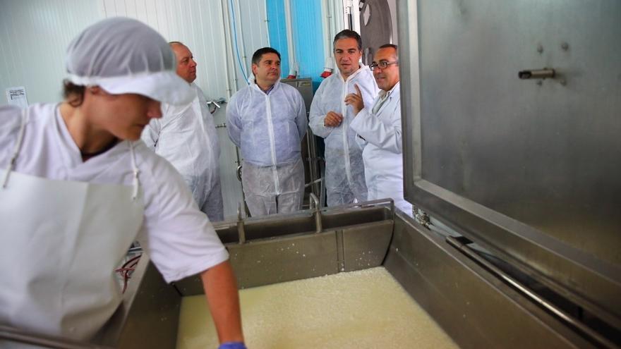 La cooperativa de productos de la cabra malagueña recibe la placa Sabor a Málaga