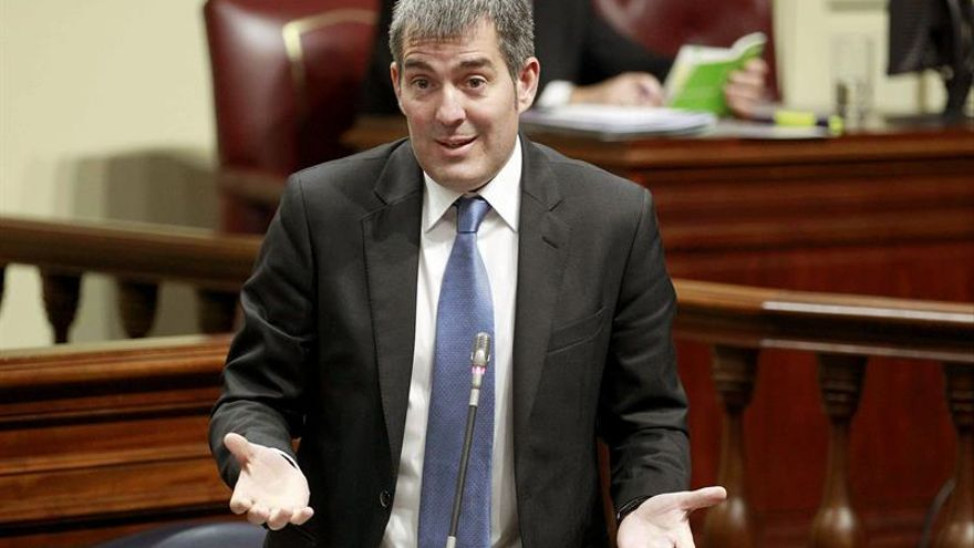 El presidente del Gobierno de Canarias, Fernando Clavijo, durante una de sus intervenciones en la sesión plenaria del Parlamento regional