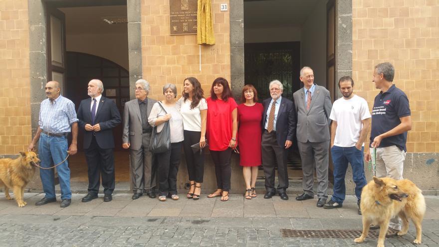 La familia de Antonio Manuel Díaz Rodríguez y miembros de la Asociación Española del Perro Pastor Garafiano junto a la placa que se ha descubierto este sábado. Foto: LUZ RODRÍGUEZ.