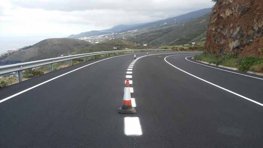 En la imagen, tramo de la obra de mejora y acondicionamiento de la carretera entre Los Sauces y Cruz del Castillo recientemente asfaltado.