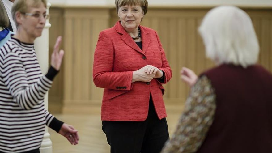 Merkel retoma su postergada visita a Trump, con una Europa algo más calmada