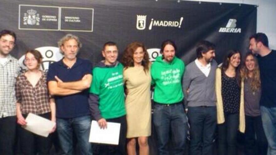 Parte del equipo de eldiario.es, a la derecha de la imagen, celebrando los Premios Enfocados junto a otros compañeros.