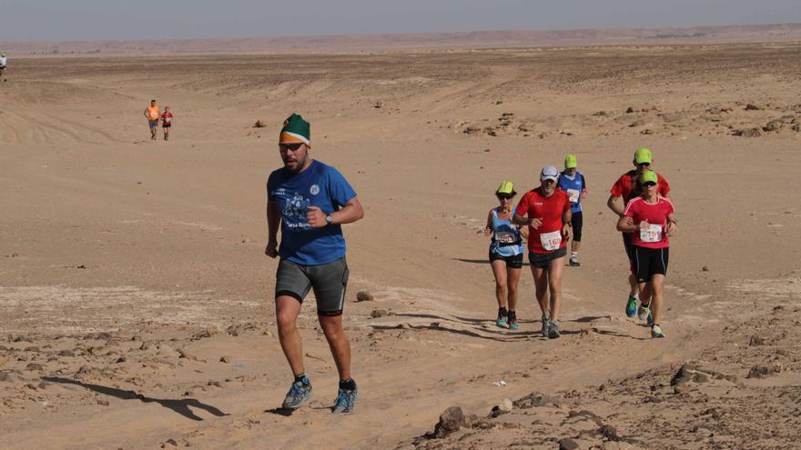 Participantes del Sahara Marathon (© Diego Muñoz).