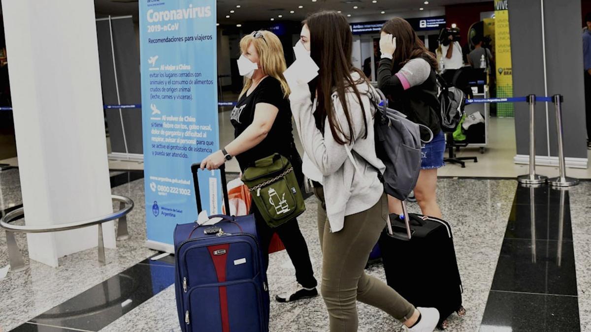 Supenden o restringen vuelos internacionales desde y hacia las zonas afectadas por la variante Delta.
