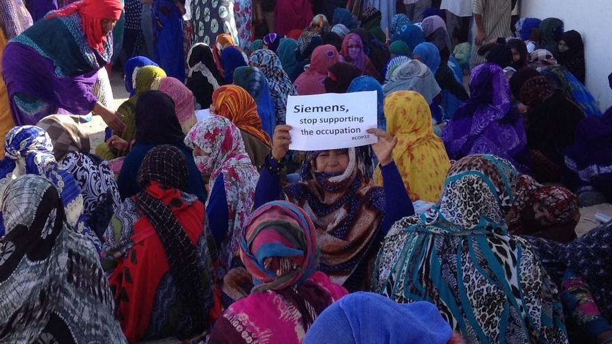 Mujeres saharauis se manifiestan contra la explotación de sus recursos naturales por parte de Marruecos.