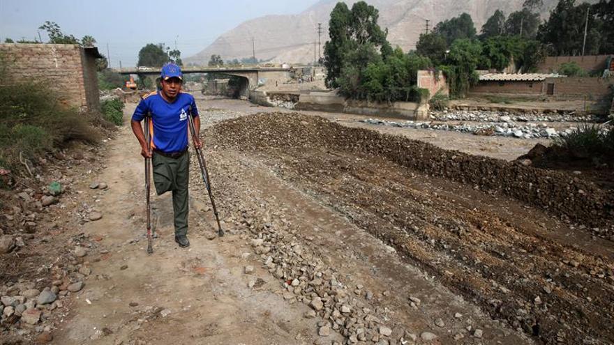Perú lucha desolado por sacarse el fango de encima