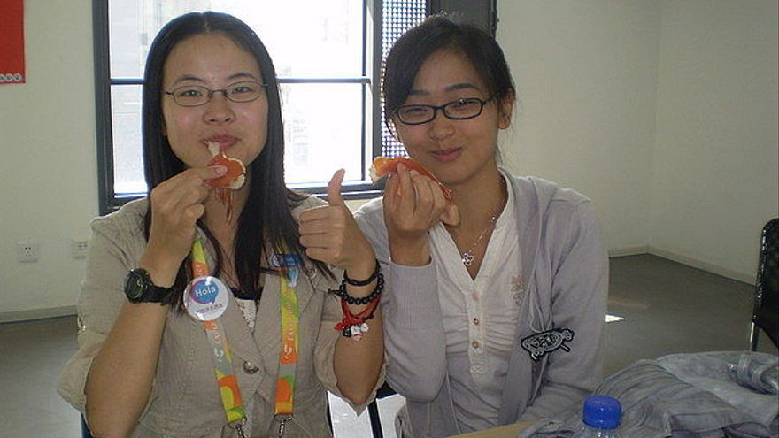 chino comiendo jamón